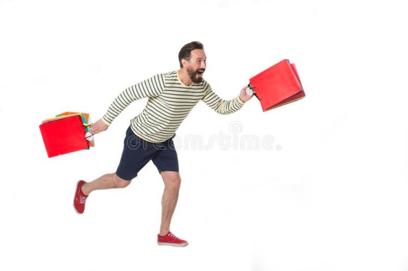 Sorriso e corredor felizes do homem com compras foto de stock