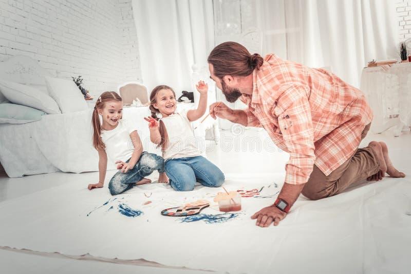 Sorriso e crianças felizes que tiram com seu paizinho fotos de stock
