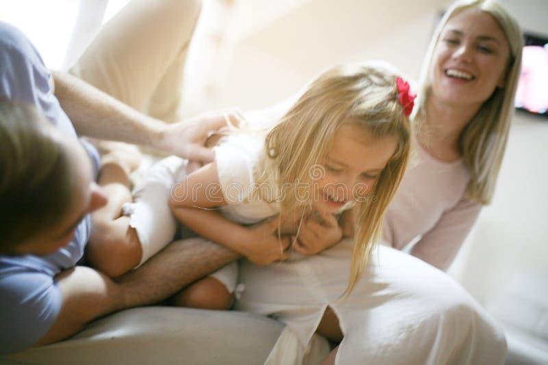 Sorriso e dia feliz em casa imagem de stock