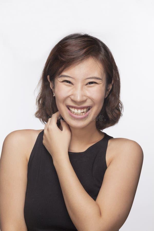 Sorriso e jovem mulher feliz, retrato, tiro do estúdio imagem de stock