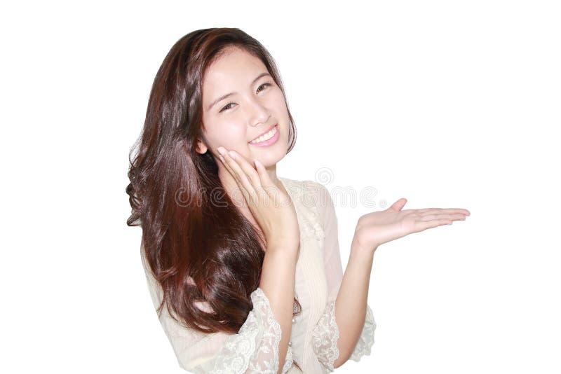 Sorriso e mostrar bonitos da mulher fotografia de stock