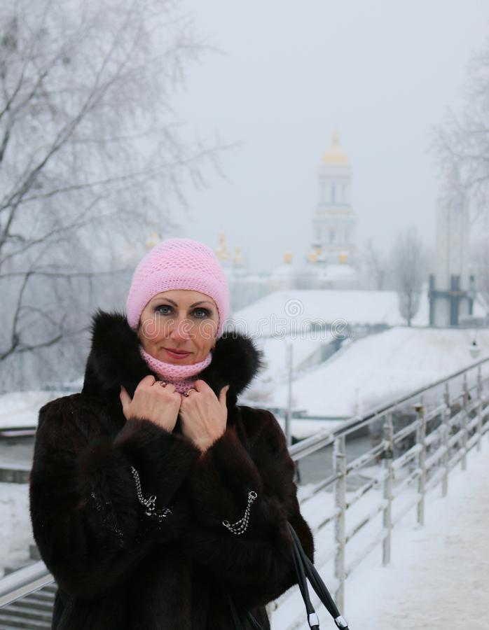 Sorriso e mulher próspera na ponte coberto de neve imagem de stock royalty free