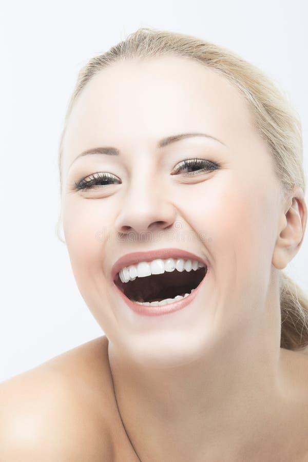 Sorriso e retrato caucasiano feliz do close up da cara da beleza da mulher imagem de stock