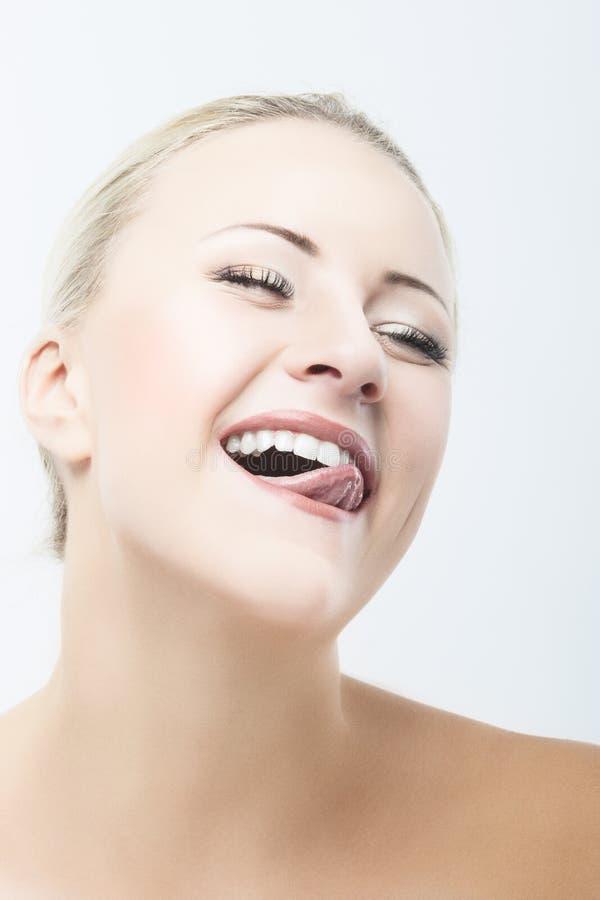 Sorriso e retrato caucasiano feliz do close up da cara da beleza da mulher imagem de stock royalty free