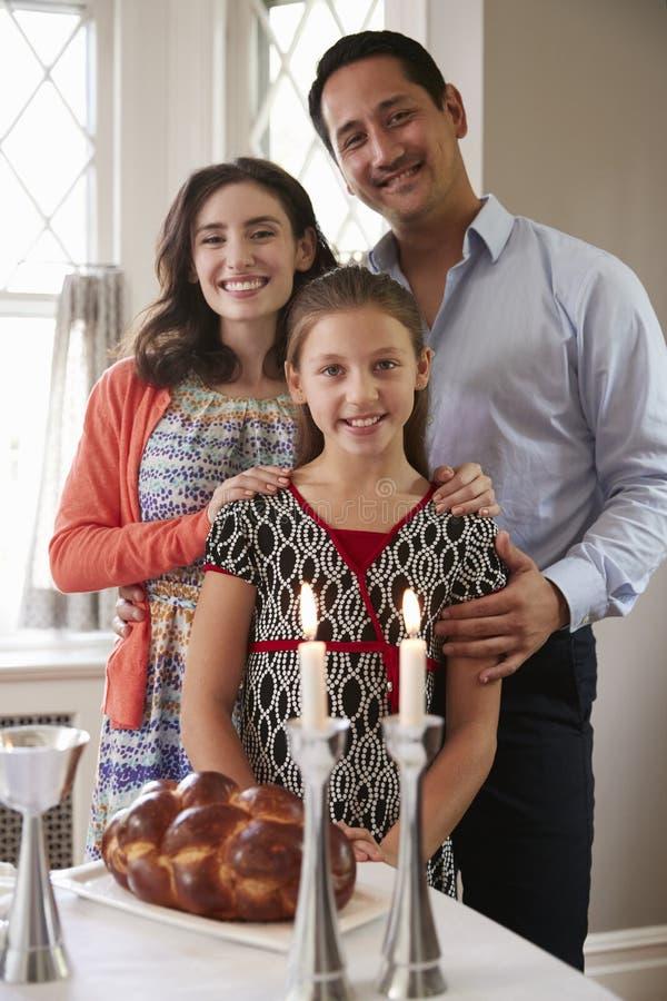 Sorriso ebreo della famiglia alla macchina fotografica prima del pasto di Shabbat, verticale fotografia stock libera da diritti