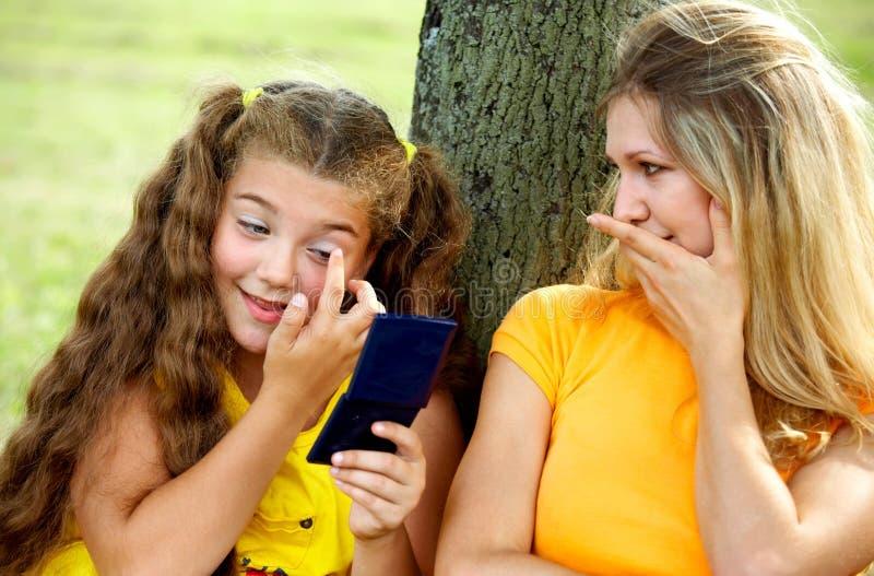 Sorriso engraçado da mamã e da filha imagens de stock