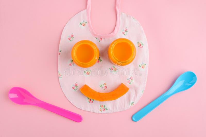Sorriso engraçado do comida para bebê foto de stock