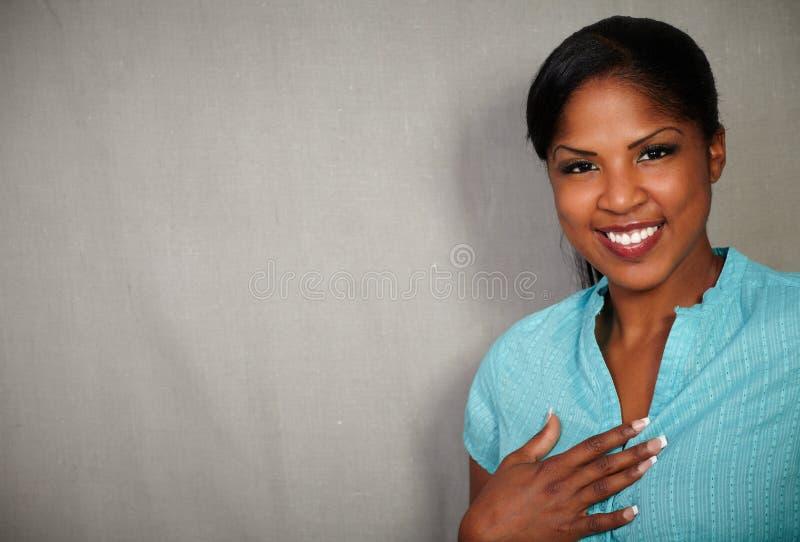 Sorriso fêmea africano novo na câmera fotos de stock royalty free