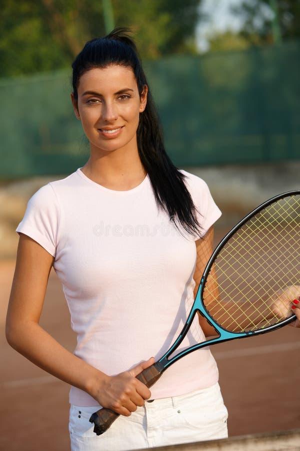 Sorriso fêmea bonito do jogador de ténis foto de stock royalty free