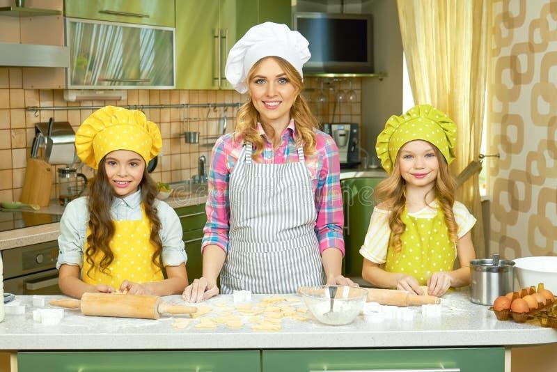 Sorriso fêmea do cozinheiro chefe e das crianças imagens de stock