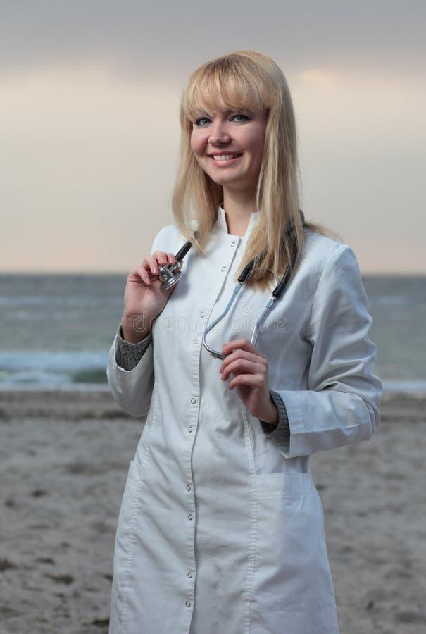 Sorriso fêmea do doutor. fotos de stock royalty free