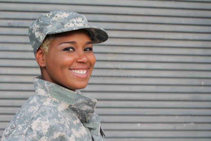 Sorriso fêmea militar com espaço da cópia fotos de stock