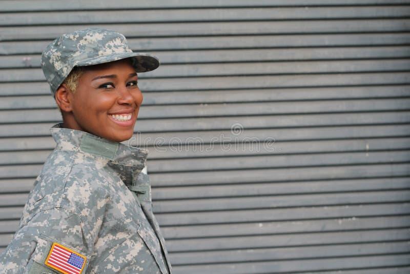 Sorriso fêmea militar com espaço da cópia imagens de stock