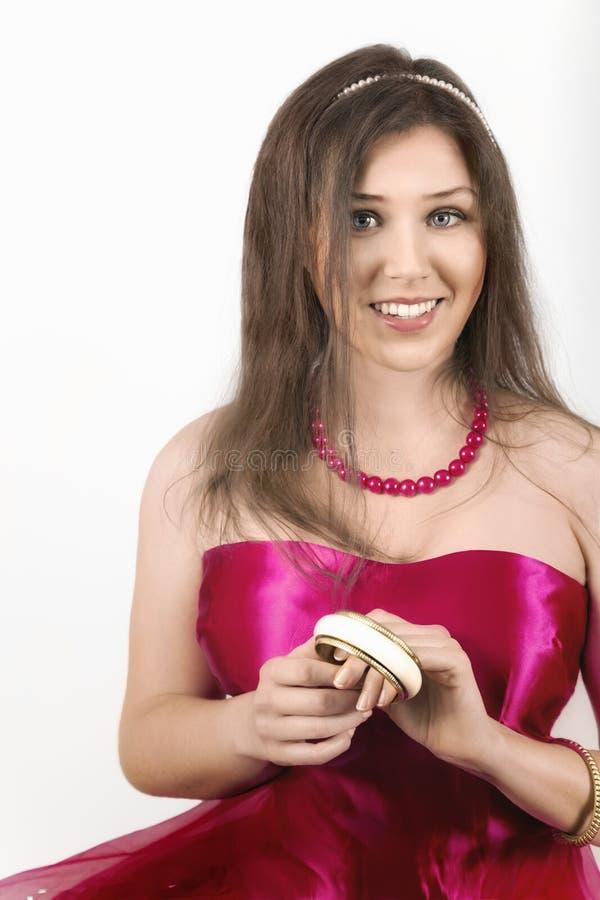 Sorriso fêmea novo alegre e guardar um bracelete imagens de stock royalty free