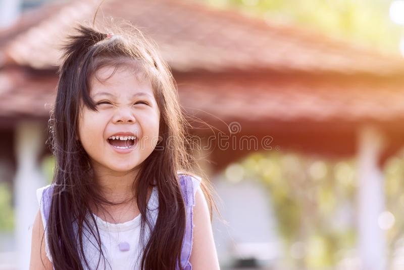 Sorriso felice dell'sveglio piccole ragazze asiatiche fotografie stock libere da diritti