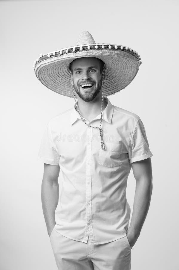 Sorriso felice dell'uomo in cappello del sombrero isolato su fondo bianco, modo Sempre nel buon umore Stile messicano Corsa fotografie stock libere da diritti