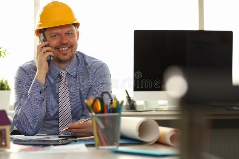 Sorriso felice dell'uomo di affari che parla Smartphone fotografie stock