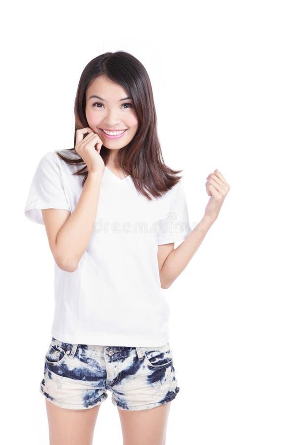 Sorriso felice della ragazza con la maglietta bianca fotografie stock libere da diritti