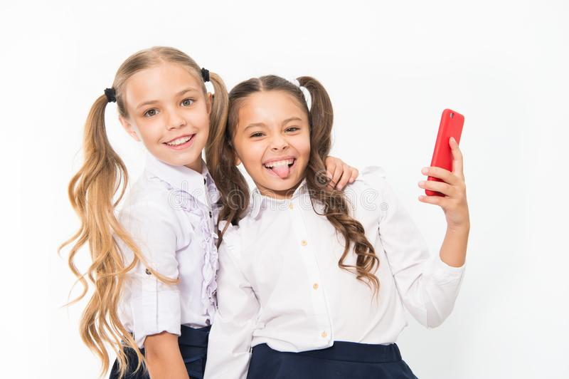 Sorriso felice delle ragazze con i telefoni cellulari 4g Facendo uso di 4g di tecnologia mobile senza fili di telecomunicazioni fotografia stock