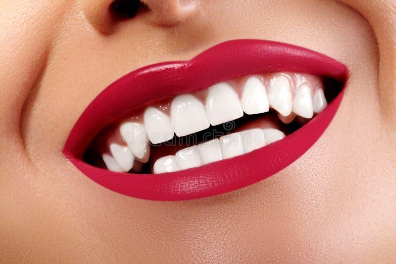 Sorriso feliz com os dentes brancos saudáveis, composição vermelha brilhante do close-up dos bordos Cuidado da cosmetologia, da o foto de stock