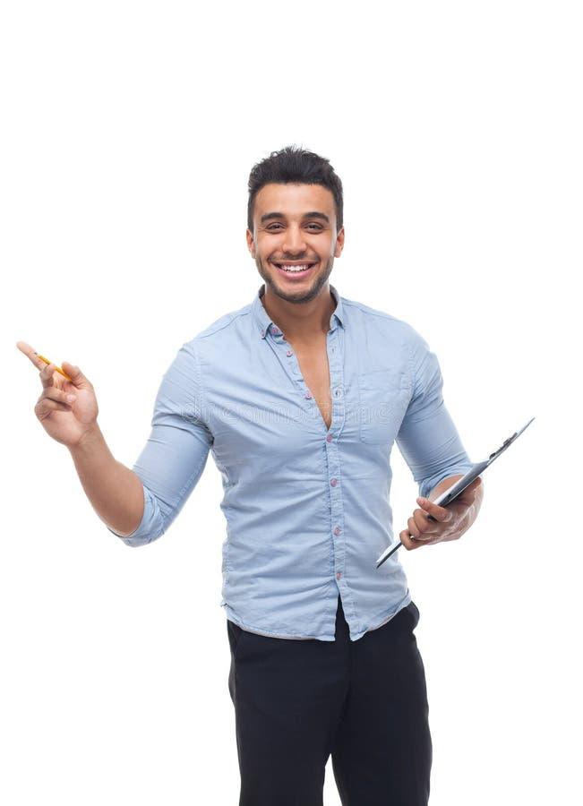 Sorriso feliz considerável do homem de negócio, homem de negócios que guarda o original do lápis do dobrador, dedo do ponto para  imagem de stock royalty free