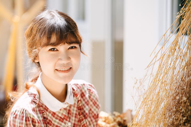 Sorriso feliz da cabeça asiática do close up do moderno do jovem adolescente da menina foto de stock