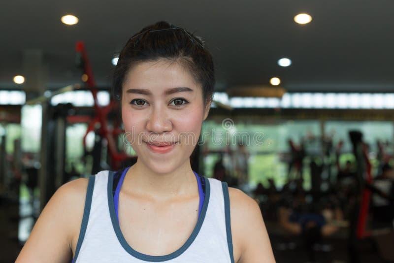 Sorriso feliz da mulher asiática do retrato no esporte do exercício do gym da aptidão fotos de stock royalty free