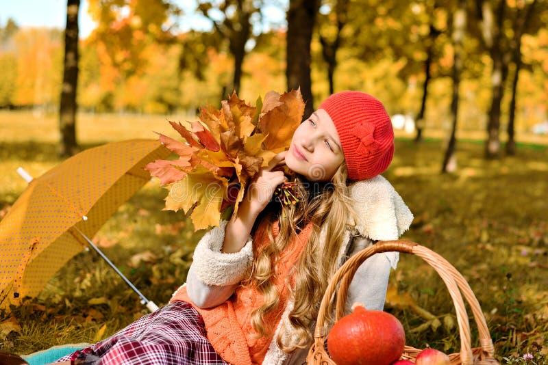 Sorriso feliz do adolescente Retrato do outono da moça bonita no chapéu vermelho fotos de stock royalty free