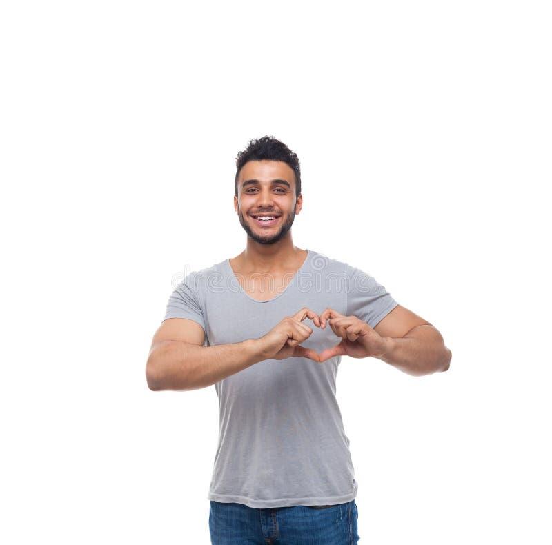 Sorriso feliz do gesto ocasional do dedo da forma do coração da mostra do homem fotografia de stock royalty free