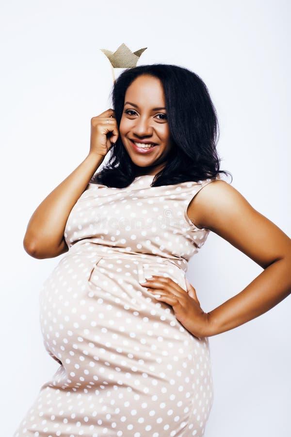 Sorriso feliz grávido da mulher afro-americano bonita nova, levantando no fundo branco isolado, povos do estilo de vida fotografia de stock