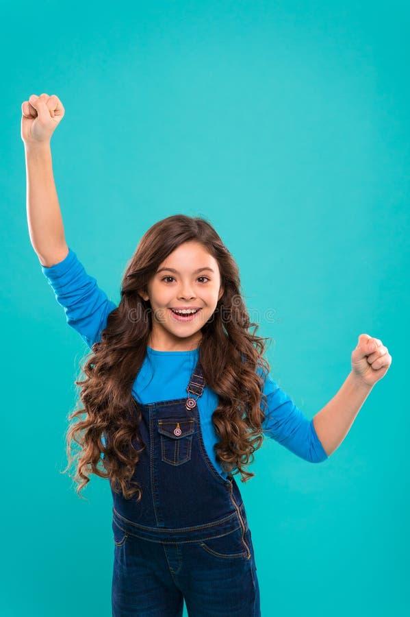 Sorriso feliz longo do cabelo encaracolado da criança bonito da menina Psicologia e desenvolvimento de criança Vencedor feliz Com imagens de stock