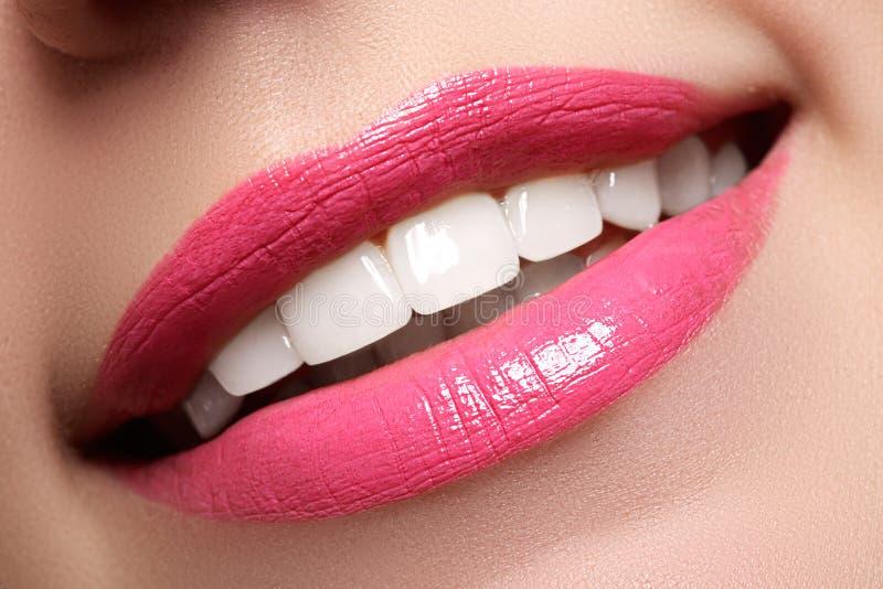 Sorriso feliz macro do ` s da mulher com os dentes brancos saudáveis, bordos cor-de-rosa imagens de stock royalty free