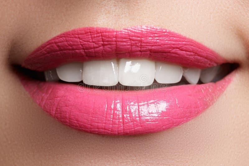 Sorriso feliz macro do ` s da mulher com os dentes brancos saudáveis, bordos cor-de-rosa fotografia de stock