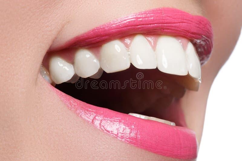 Sorriso feliz macro do ` s da mulher com os dentes brancos saudáveis, bordos cor-de-rosa imagem de stock