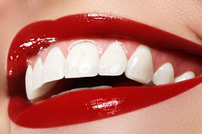 Sorriso feliz macro do ` s da mulher com os dentes brancos saudáveis Composição do bordo fotografia de stock royalty free