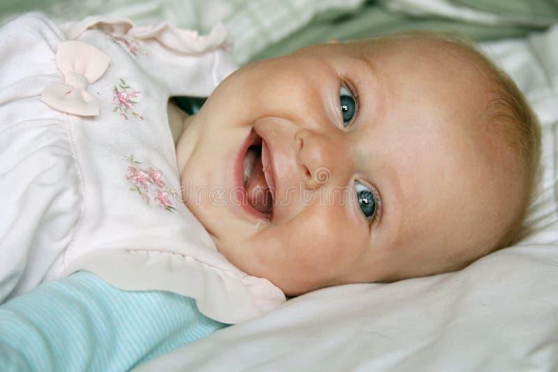 Sorriso feliz super do bebê do bebê de quatro meses imagem de stock royalty free