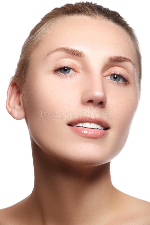 Sorriso femminile felice del primo piano con i denti bianchi sani Cosmetolog immagini stock