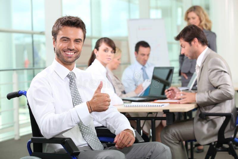Sorriso incapacitado do homem de negócios fotos de stock royalty free