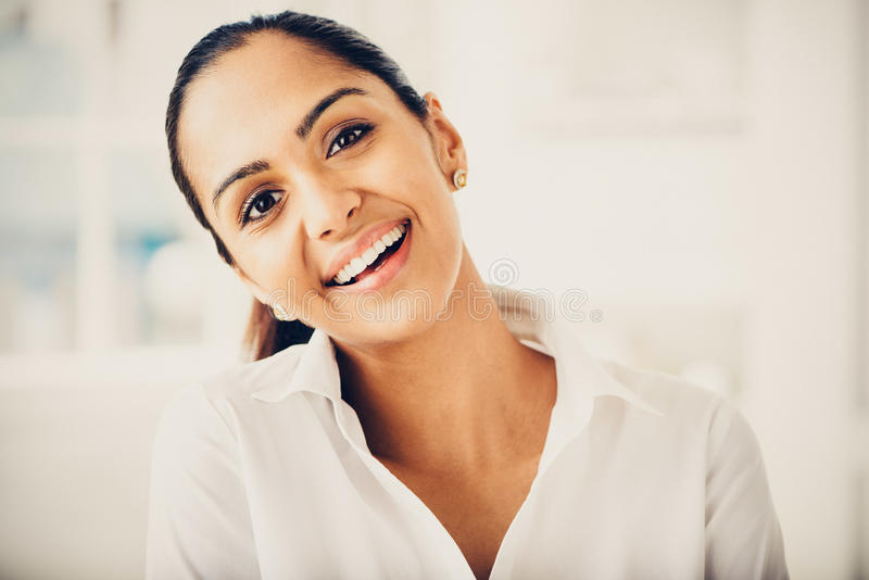 Sorriso indiano bonito do retrato da mulher de negócio feliz fotografia de stock royalty free