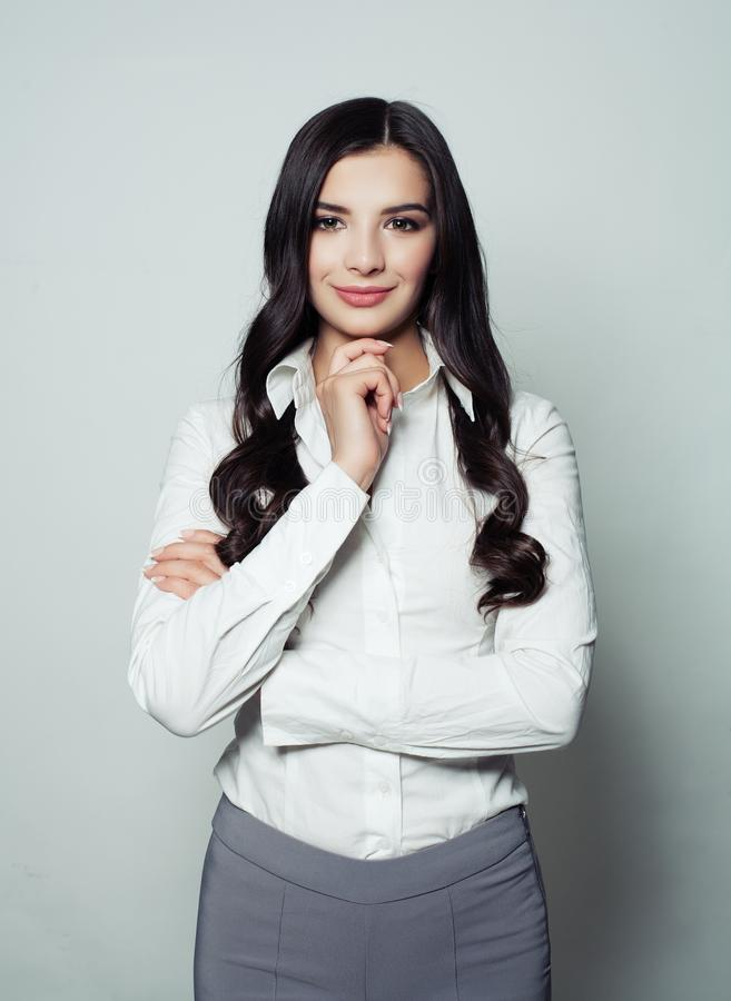 Sorriso latin bonito da mulher de negócio imagens de stock royalty free