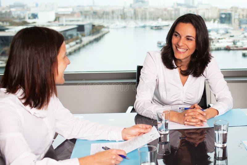 Sorriso latino-americano da mulher de negócios fotos de stock