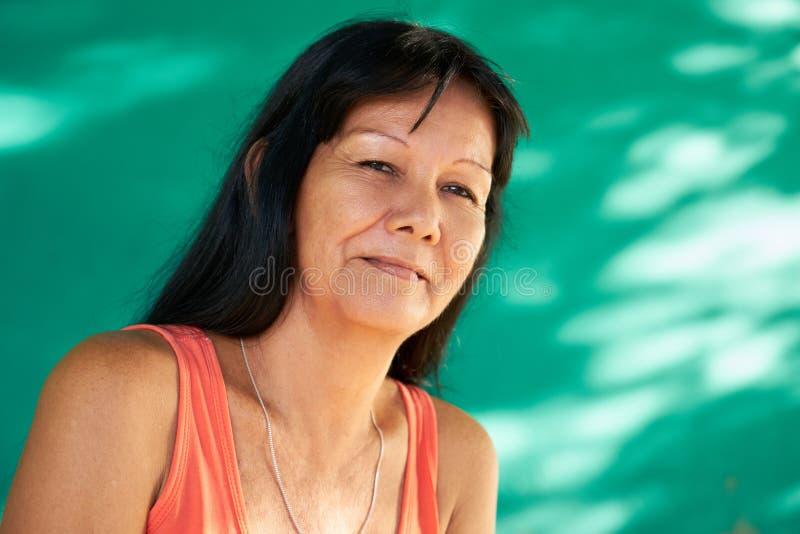 Sorriso latino-americano maduro feliz da mulher do retrato real dos povos imagem de stock royalty free
