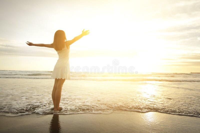 Sorriso libero e donna felice immagini stock