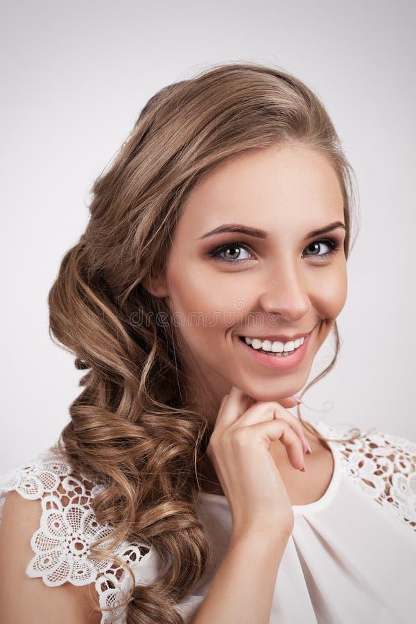 Sorriso louro bonito da jovem mulher da noiva Penteado da forma imagem de stock