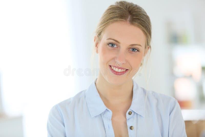 Sorriso louro da jovem mulher foto de stock