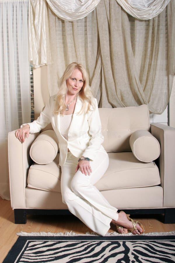 Sorriso louro da mulher de negócio imagem de stock royalty free