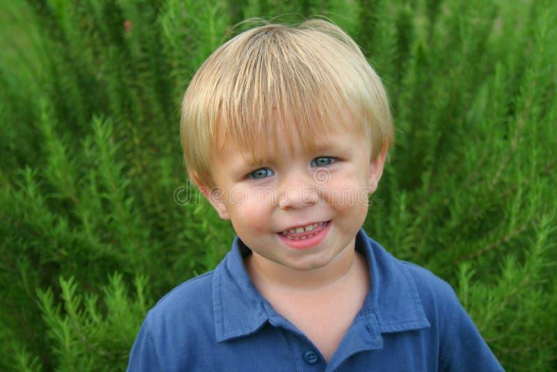 sorriso louro do menino foto de stock royalty free