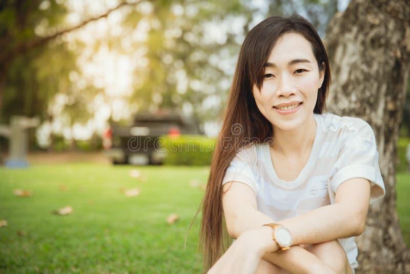 Sorriso lungo di seduta dei capelli palpebra cinese della corsa di Portait della singola fotografia stock
