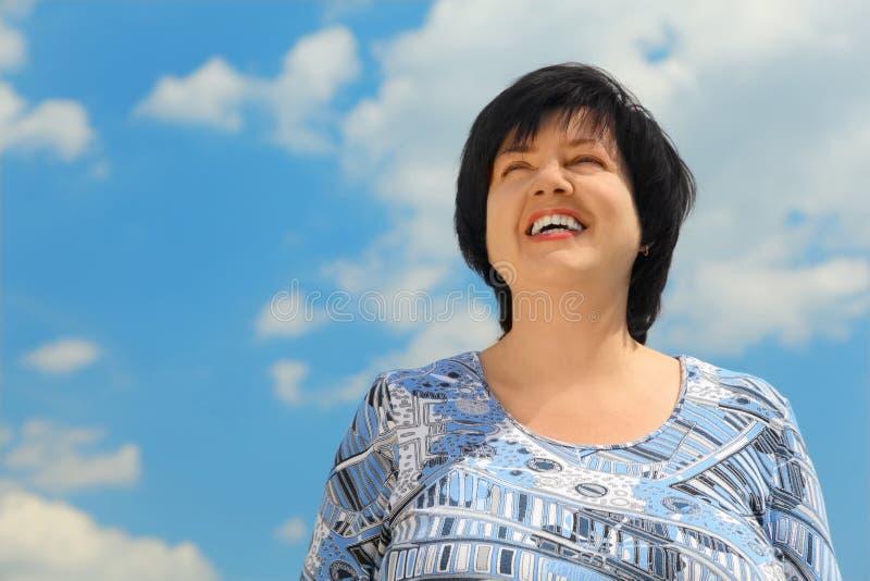 Sorriso maduro triguenho da mulher imagens de stock