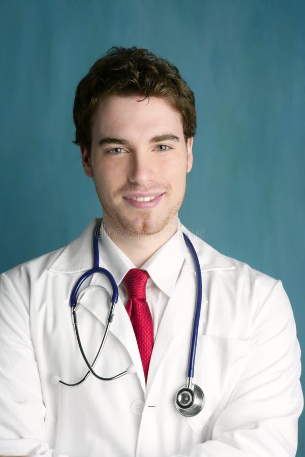 Sorriso masculino novo feliz do homem do doutor considerável imagens de stock royalty free